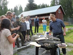 Riistakokki Jyri Hänninen jakoi sorsanvalmistusvinkkejä kartanon pihalla Kartanosta kievariin tapahtumassa.